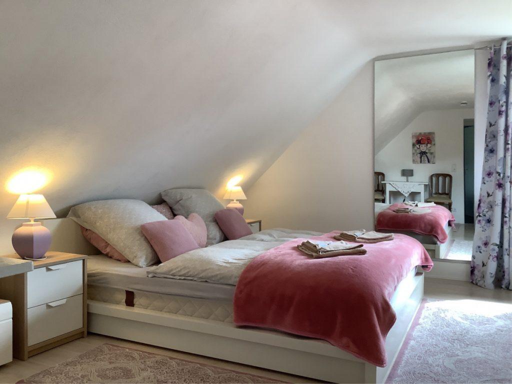 King-Size-Bett mit romantischem Licht und großem Spiegel