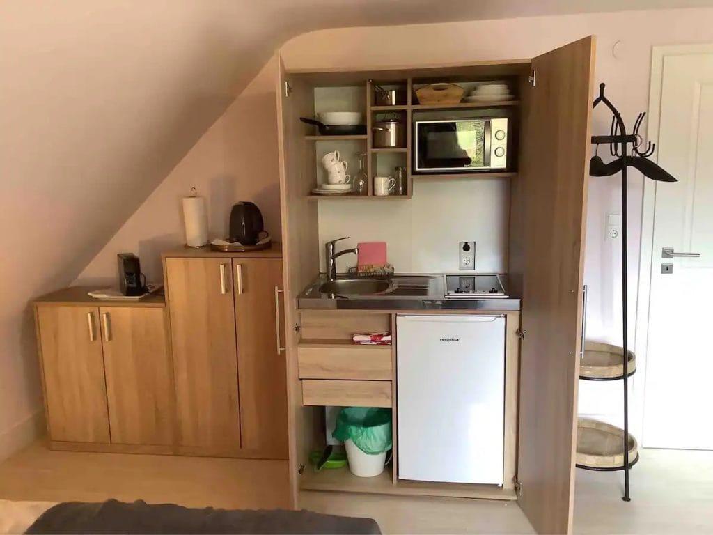 Hochwertige Schrankküche, gut ausgestattet inkl. Herd mit zwei Platten Mikrowelle und Kühlschrank