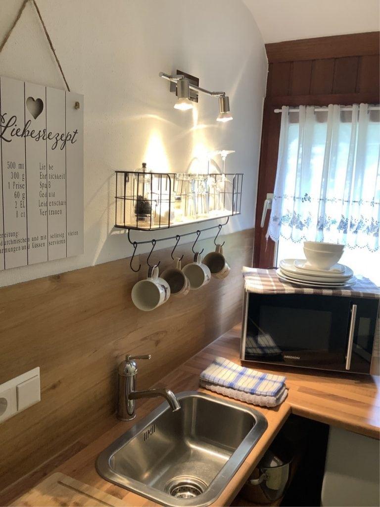 Liebevoll eingerichtete Mini-Küche (Kitchenette) mit Fenster