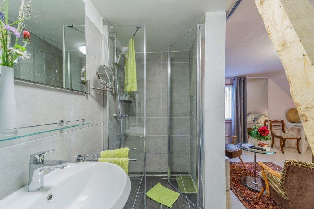 Originelles Bad mit großer Dusche und exklusivem Dachbalken