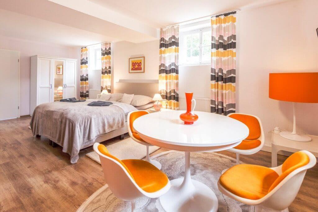 Original 70er Designer-Schalenstühlen und -Tisch, passende Lampe, luxuriöse, voll-ausgestattete Einbauküche