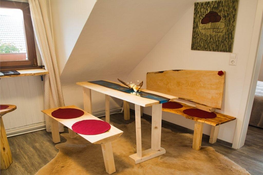 Selbstgebaute Tischgruppe von Bruni Bächle im Gästehaus Sandvoss am Titisee - Jetzt Urlaub am Titisee buchen!