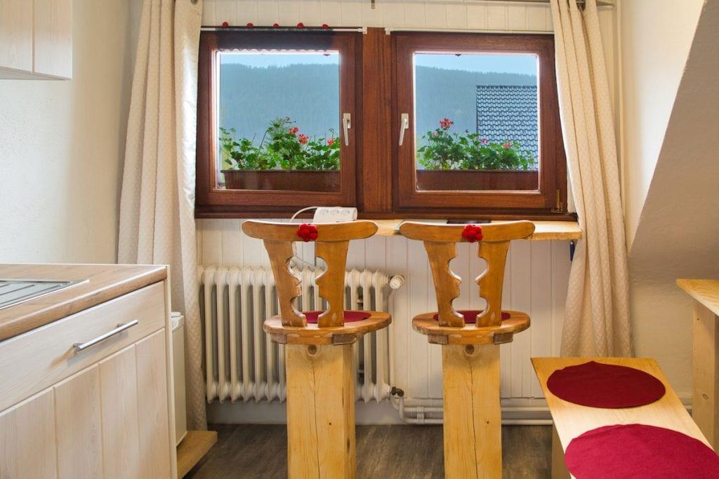 Blick auf den Titisee mit upgecycleten Büroarbeitsplätzen made by Bruni Bächle - Homeoffice in der Ferne im Gästehaus Sandvoss am Titisee - Jetzt Urlaub am Titisee buchen!