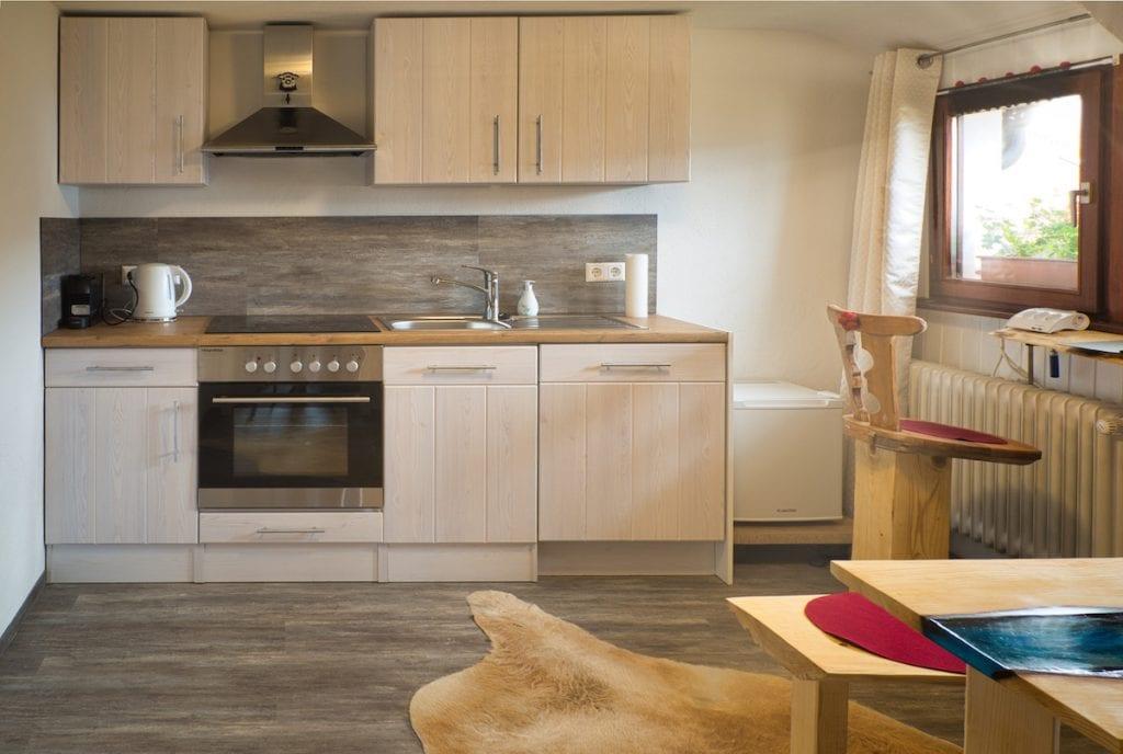 Unsere neue Einbauküche - voll ausgestattet - im Gästehaus Sandvoss am Titisee - Jetzt Urlaub am Titisee buchen!