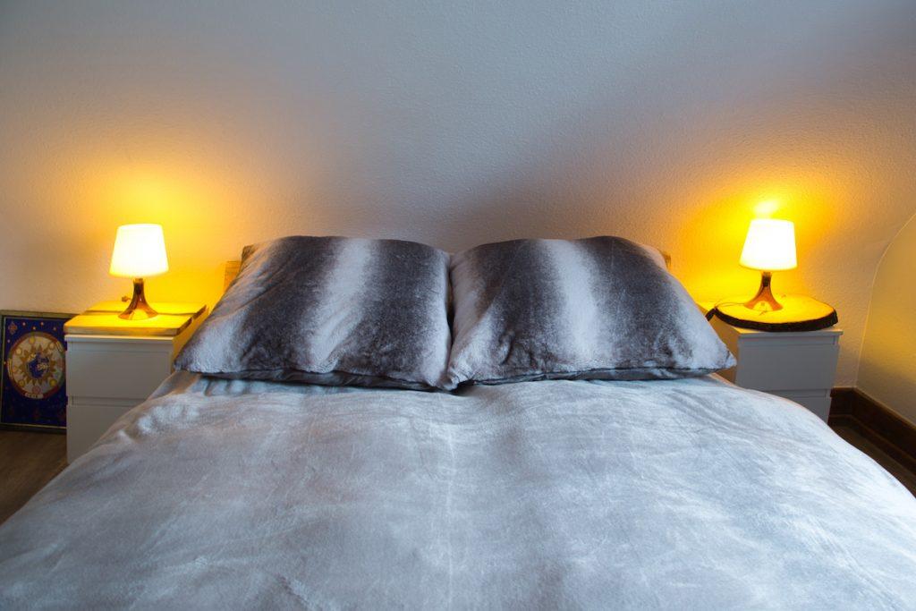 Gemütliches Boxspringbett im Gästehaus Sandvoss am Titisee - Jetzt Urlaub am Titisee buchen!