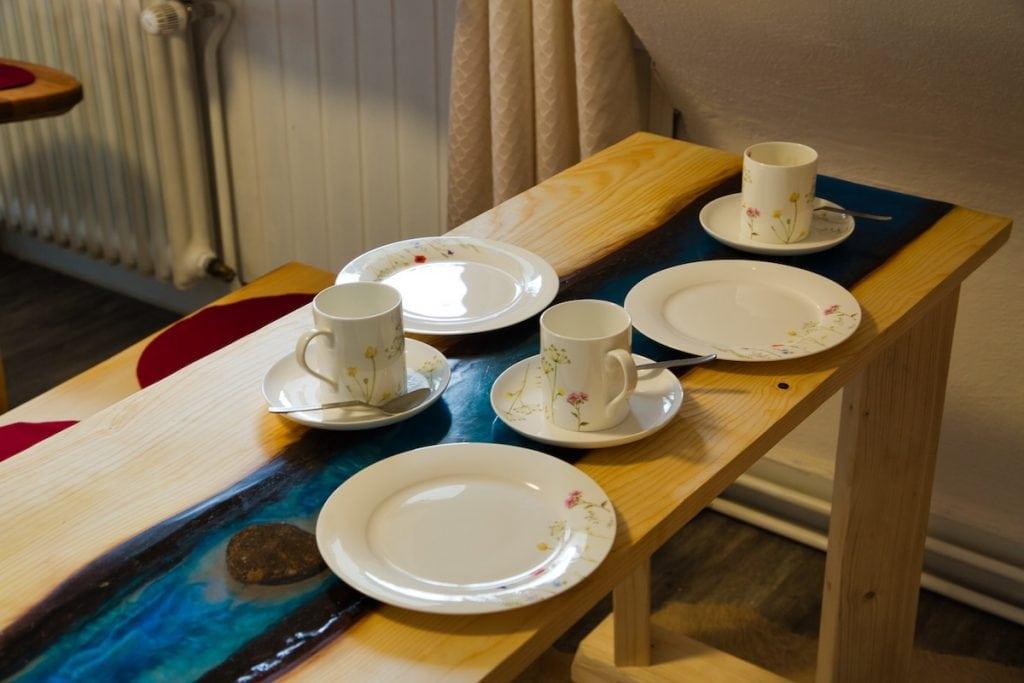 Gedeckter Tisch mit Bachlauf aus Harz von Bruni Bächle im Gästehaus Sandvoss am Titisee - Jetzt Urlaub am Titisee buchen!