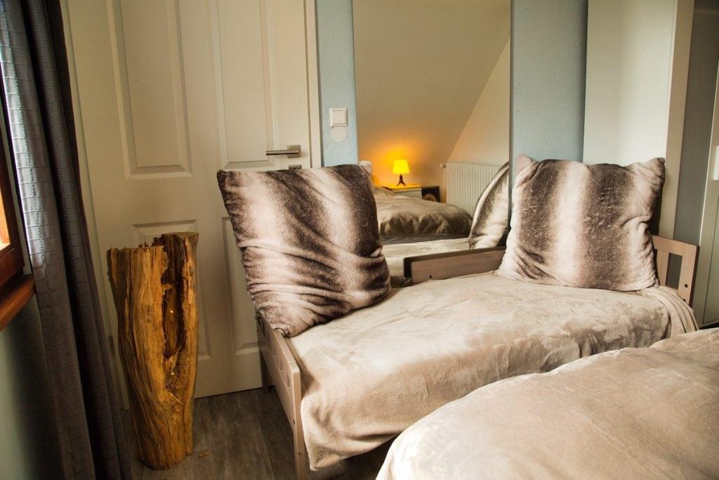Schönes Ambiente mit Wurzellampe im Gästehaus Sandvoss am Titisee - Jetzt Urlaub am Titisee buchen!